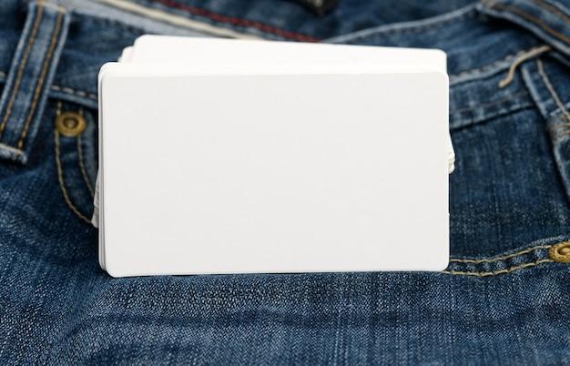 Пустые белые визитные карточки крупным планом