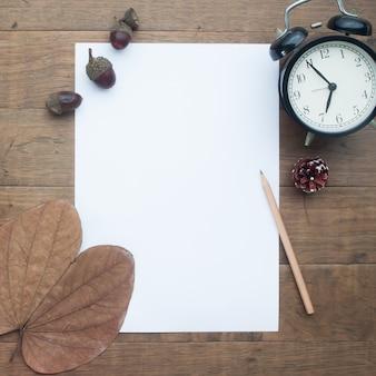 Пустая белая бумага для текста в осенне-зимней теме