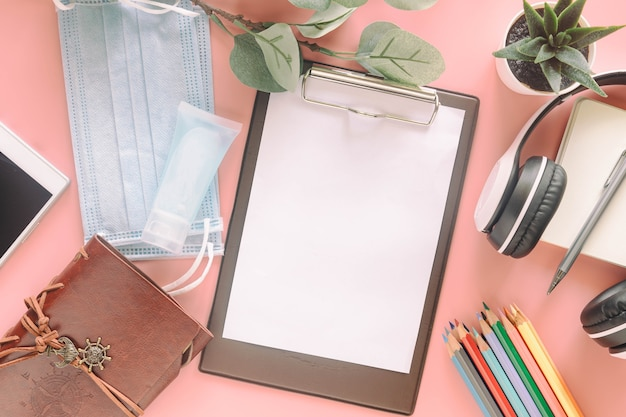 편지지, 마스크 및 손 소독제와 클립 보드에 빈 백서. covid-19 대유행 이전의 새로운 정상적인 생활 방식을 제시하는 개념.