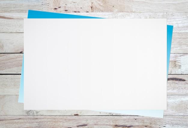 テキスト入力のための古い木製の背景に空白の白紙