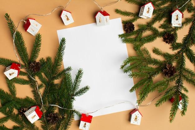베이지색 배경에 전나무와 크리스마스 조명이 있는 빈 백서