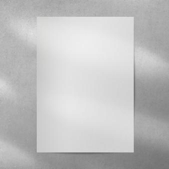 벽에 복사 공간을 가진 빈 흰색 포스터