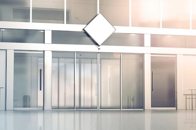 상점 유리 슬라이딩 도어 입구에 빈 흰색 마름모 간판 모형