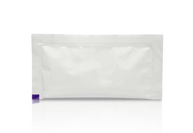 白い背景で隔離の食品化粧品や医薬品の空白の白い小袋のパッケージ