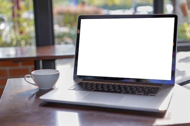 Пустое белое рабочее пространство экрана, текстовое сообщение рекламы портативного компьютера