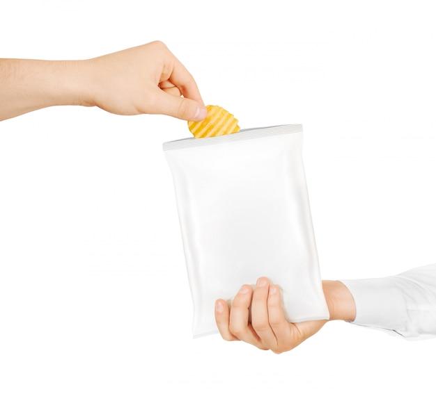 Пустой белый мешок закуски макет держать в руке изолированные