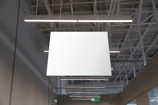 Пустые белые баннеры супермаркета, свисающие с потолка. готовый макет вешалок для брендинга или рекламы