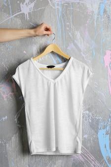 グランジ背景に空白の白いtシャツ