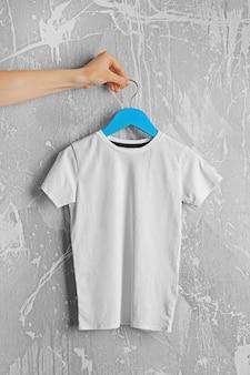 Пустая белая футболка на гранж