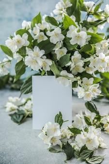 青い背景にジャスミンの花の花束と空白春の花