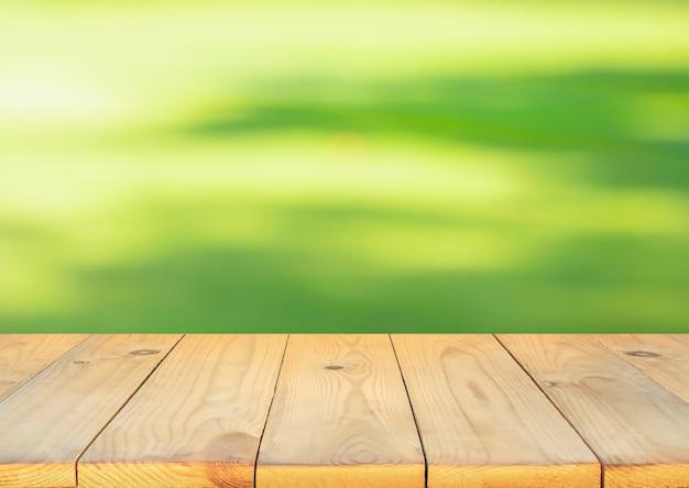 ぼやけた緑の中庭の背景と空白の木板
