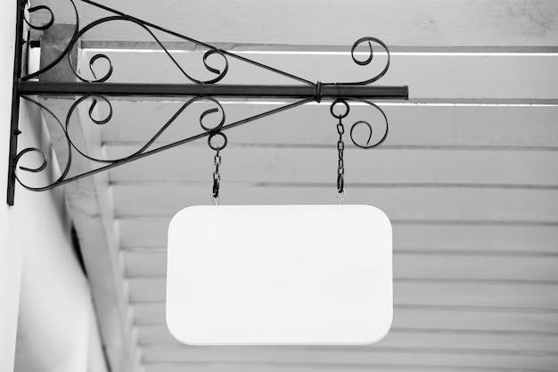 Пустая деревянная этикетка, обработанная в черно-белом цвете