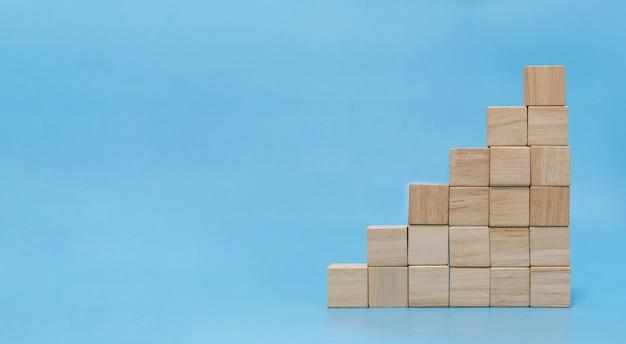 Стек пустой деревянный куб на синем фоне с копией пространства для ввода текста и значка, тренд, творческая идея, финансы, стратегия, бизнес, концепция онлайн-маркетинга