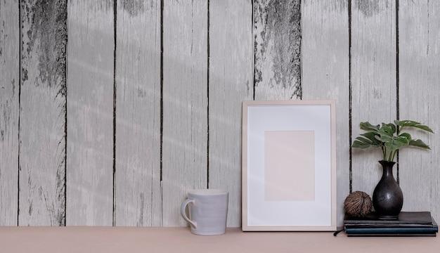 古い木製の壁とテーブルの上の空白の木製額縁