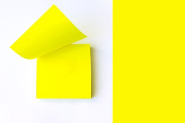 Пустая желтая записка. желтая бумажная записка.