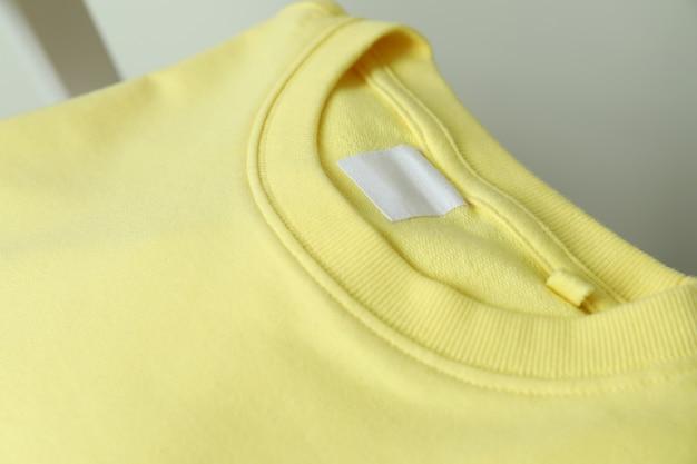 空白の黄色のスウェットシャツとテキスト用のスペース