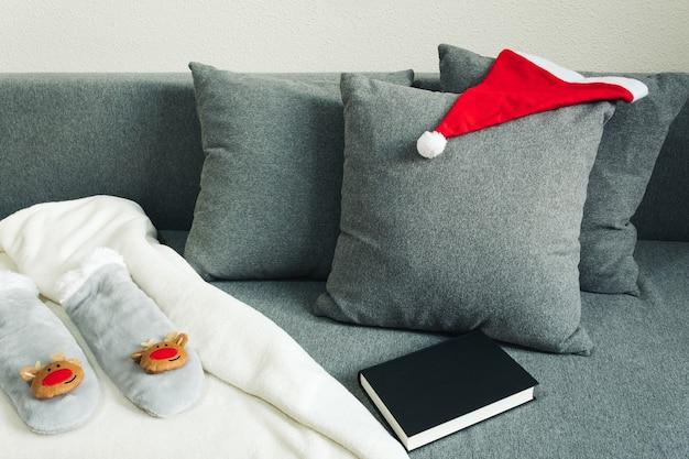 室内だけでソファに毛布、本、暖かい冬の服。閉じ込められた家で2020年12月とクリスマス。孤独。