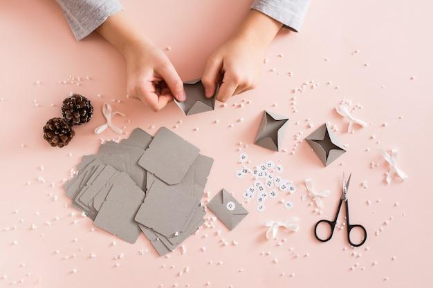 Заготовки для изготовления адвент-календаря на стол в елочных игрушках