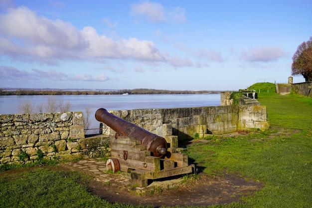 Старинная пушечная пушка blaye fortress в департаменте жиронда недалеко от бордо