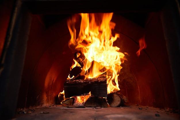 Пылающие поленья пламени и угли, большой огонь