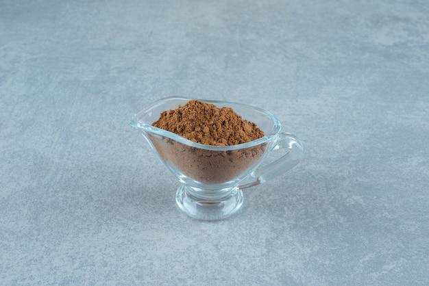 유리 컵에 혼합 계피 가루. 고품질 사진
