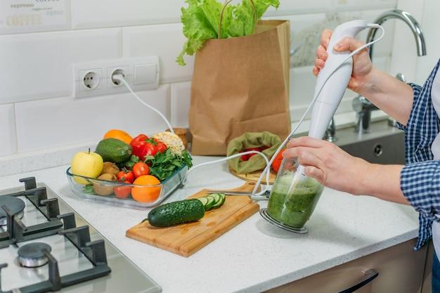 Смешанный зеленый смузи с ингредиентами