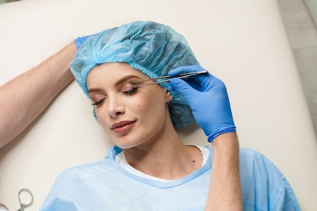 診療所で顔の目の領域を変更するための形成外科手術前の顔の眼瞼形成術マークアップのクローズアップ