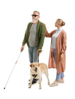 盲導犬と娘を持つ盲目の中年の男性
