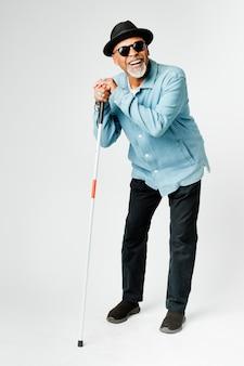 지팡이를 짚고 걷는 시각 장애인 노인