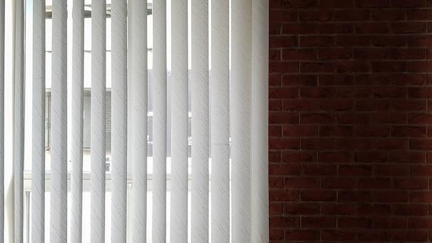 Жалюзи прикрепляют к окну для защиты от жары и солнечных лучей в помещении. рольставни в доме ловят солнечный свет.