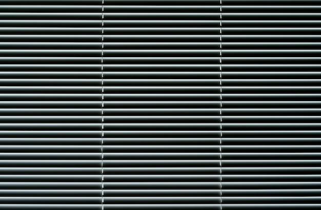 거실 내부에 금속 셔터가 있는 블라인드 배경 창 고품질 사진