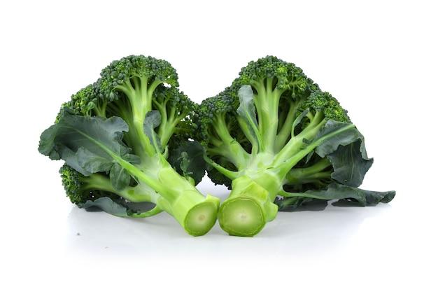 흰색 배경에 고립 된 자연에서 케리 건강 한 신선한 야채를 차단합니다.