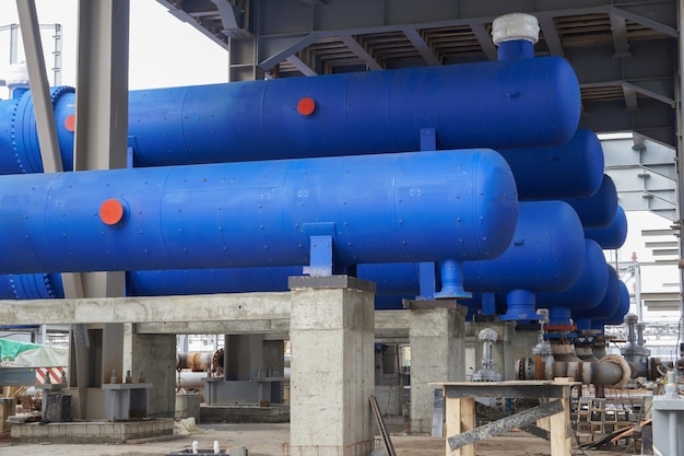 러시아 공장의 정유 단지 건설을위한 파란색 열교환 기 및 파이프 라인 블록.