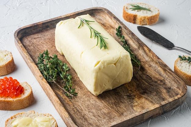 흰색 배경에 신선한 버터 블록 프리미엄 사진