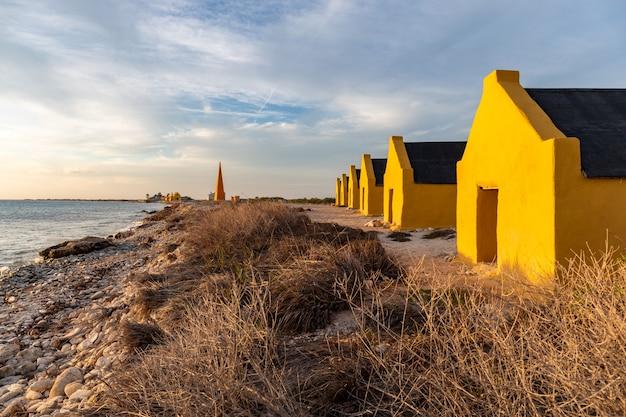 カリブ海のボネール島にある歴史的な赤い奴隷小屋のブロック