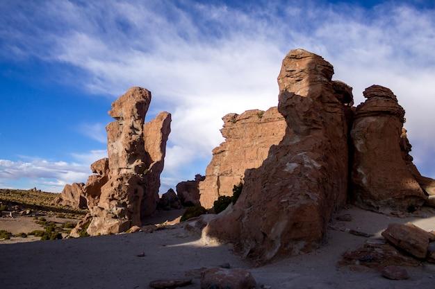 午後の太陽に照らされた前景の岩のブロック