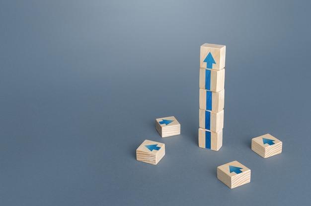 矢印の付いたブロックタワー成長開発の進捗コンセプト成功を収めるキャリアアップ