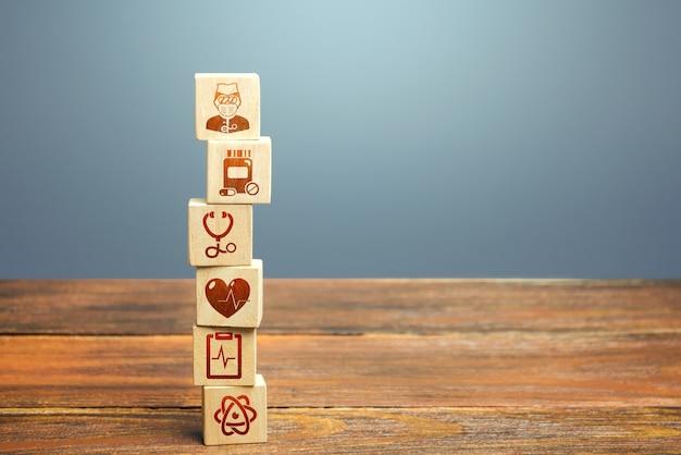 医療アイコンシンボルのブロックタワー