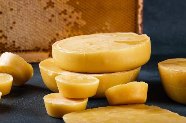 양초 만들기용 밀랍 블록. 원시 밀랍. 수제 양초 생산