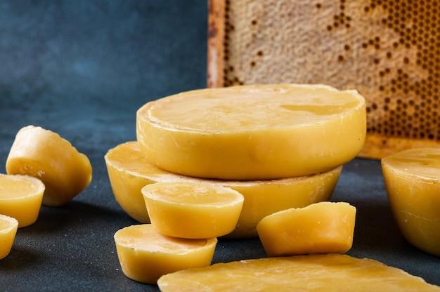 양초 만들기용 밀랍 블록. 원시 밀랍. 수제 양초 생산.