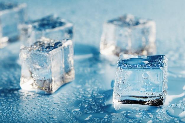 水滴のクローズアップと氷のブロック。