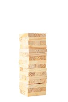 白い背景で隔離の木のブロック。タワー