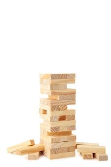 白い壁に分離された木のブロック。タワー