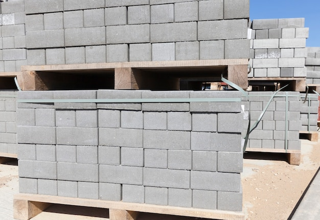 新しい木製パレットに詰められたブロック