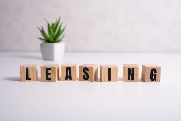 Блоки со словом лизинг лизинг - это договорное соглашение, по которому арендатор должен платить