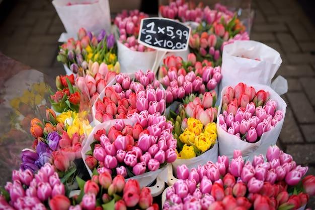 有名なアムステルダムのフラワーマーケット(bloemenmarkt)。多色のチューリップ。