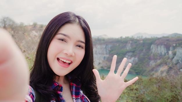 산 꼭대기에 블로거 아시아 배낭 여성 레코드 vlog 비디오