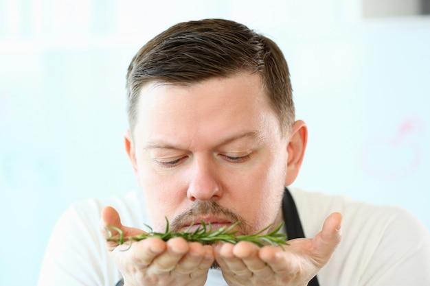 アロマティックローズマリーハーブの香りのブロガーのひげシェフ