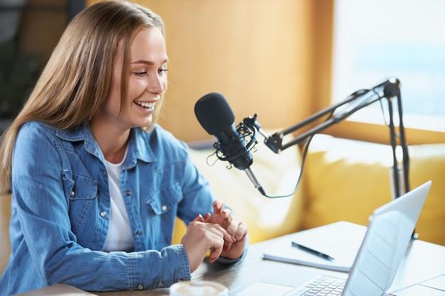Blogger che comunica con i follower nel laptop online