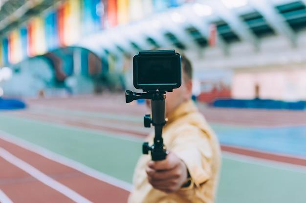 スタジアムのブロガーは、アクションカメラでビデオを撮影します。